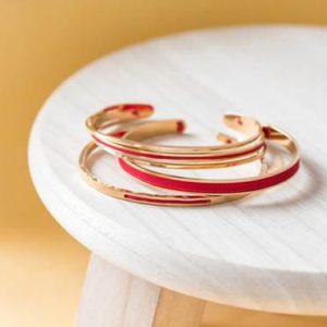 Stacking bijoux avec des bracelets pour femme